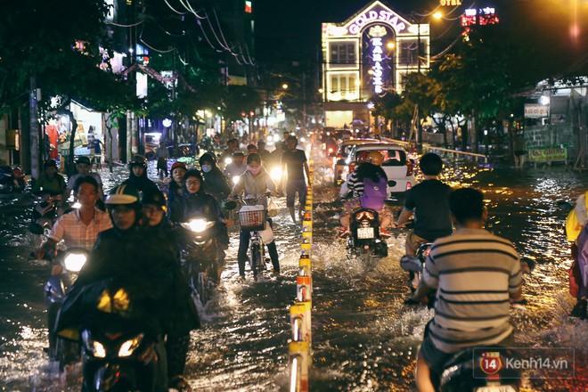 Sài Gòn mưa lớn trước bão số 14, cửa ngõ sân bay Tân Sơn Nhất kẹt xe kinh hoàng 4