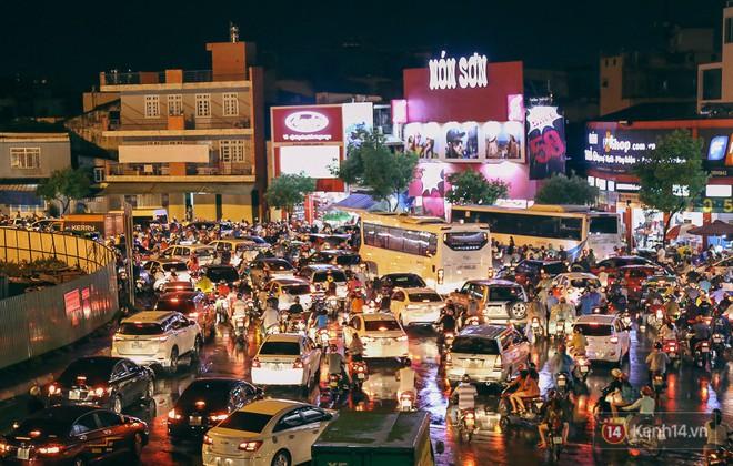 Sài Gòn mưa lớn trước bão số 14, cửa ngõ sân bay Tân Sơn Nhất kẹt xe kinh hoàng 10