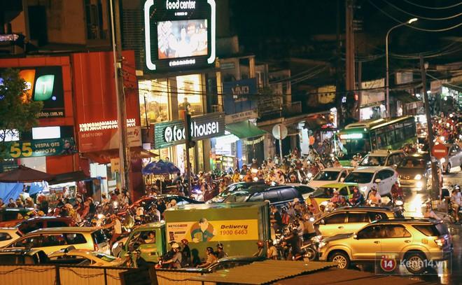 Sài Gòn mưa lớn trước bão số 14, cửa ngõ sân bay Tân Sơn Nhất kẹt xe kinh hoàng 9