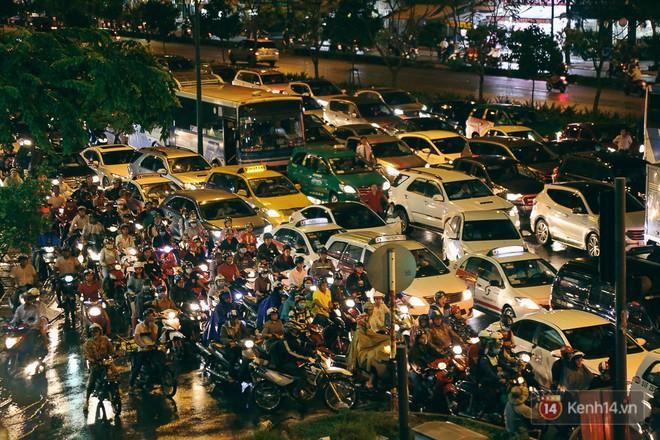 Sài Gòn mưa lớn trước bão số 14, cửa ngõ sân bay Tân Sơn Nhất kẹt xe kinh hoàng 8