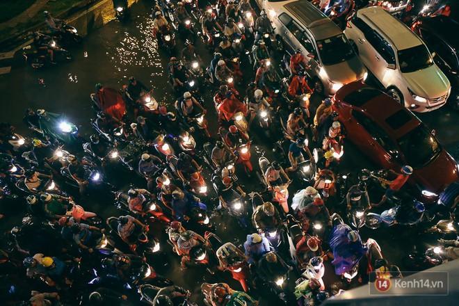 Sài Gòn mưa lớn trước bão số 14, cửa ngõ sân bay Tân Sơn Nhất kẹt xe kinh hoàng 7