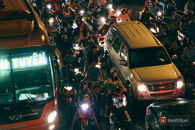 Sài Gòn mưa lớn trước bão số 14, cửa ngõ sân bay Tân Sơn Nhất kẹt xe kinh hoàng 15