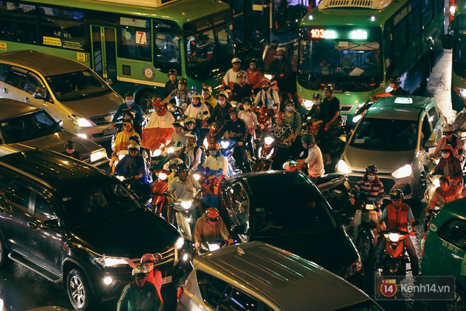 Sài Gòn mưa lớn trước bão số 14, cửa ngõ sân bay Tân Sơn Nhất kẹt xe kinh hoàng 13
