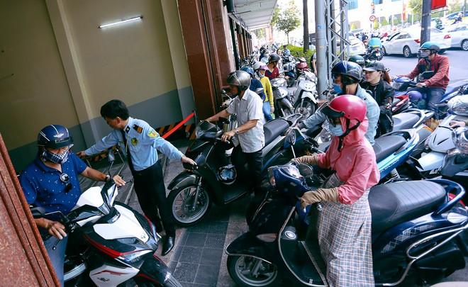 Biển người Hà Nội, Sài Gòn đổ về trung tâm thương mại, khu phố thời trang để săn đồ Black Friday - Ảnh 15.