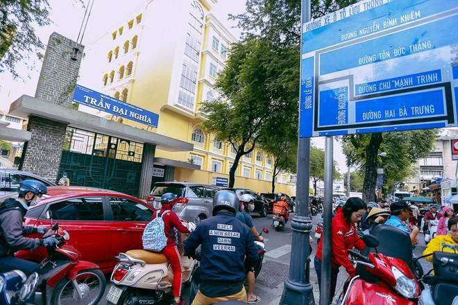 Biển người Hà Nội, Sài Gòn đổ về trung tâm thương mại, khu phố thời trang để săn đồ Black Friday - Ảnh 14.