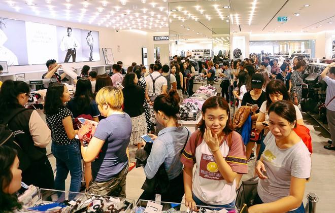 Biển người Hà Nội, Sài Gòn đổ về trung tâm thương mại, khu phố thời trang để săn đồ Black Friday - Ảnh 16.