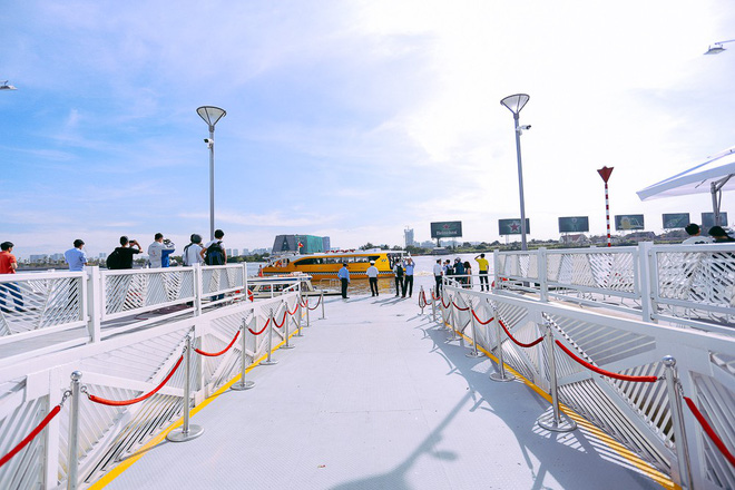 Hiện 3 tàu buýt đã sẵn sàng phục vụ người dân Sài Gòn.