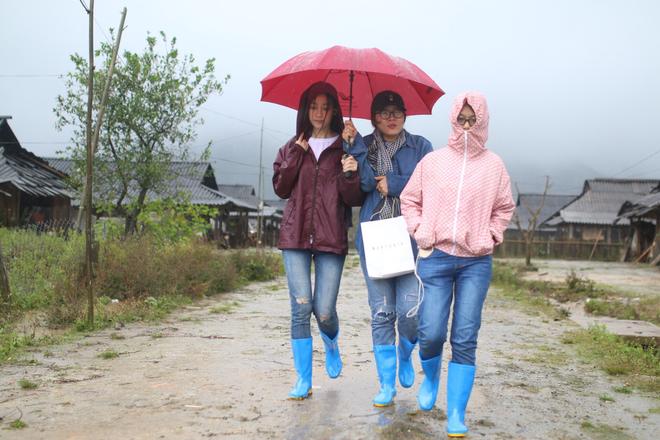 Trước thềm Miss World, Mỹ Linh quyết tâm mang điện về cho người dân bản Cu Vai bất chấp mưa bão - Ảnh 3.