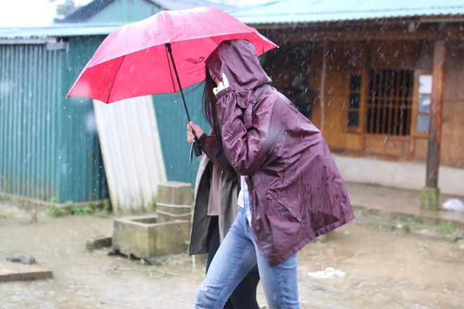 Trước thềm Miss World, Mỹ Linh quyết tâm mang điện về cho người dân bản Cu Vai bất chấp mưa bão - Ảnh 2.