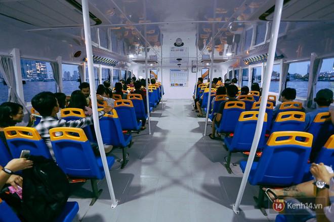 """Buýt đường sông ở Sài Gòn """"cháy"""" vé sau 10 ngày miễn phí, người dân chờ 2 tiếng mới được lên tàu - Ảnh 10."""