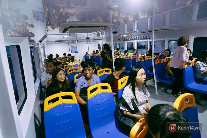 Mặc dù chuyến tàu buýt cuối cùng trong ngày nhưng khách khá đông.