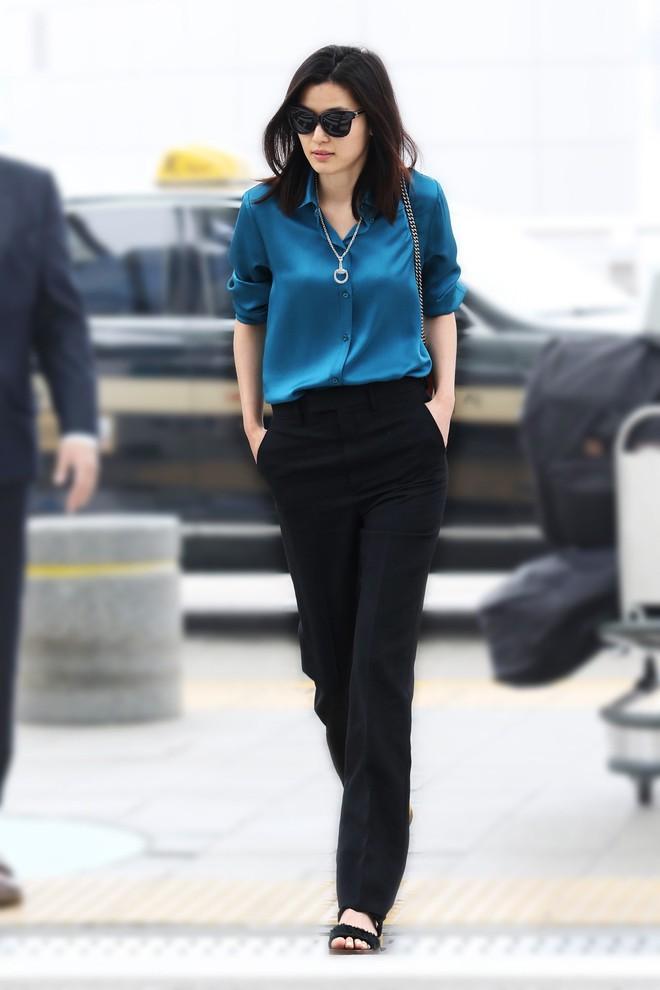 Diện đồ hiệu đẹp hơn cả người mẫu, đó chính là mợ chảnh Jeon Ji Hyun - Ảnh 3.