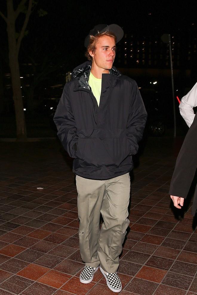 """Chứng minh mình đã """"ngoan"""", Justin Bieber thường xuyên hẹn hò Selena Gomez đi dự lễ nhà thờ - Ảnh 3."""