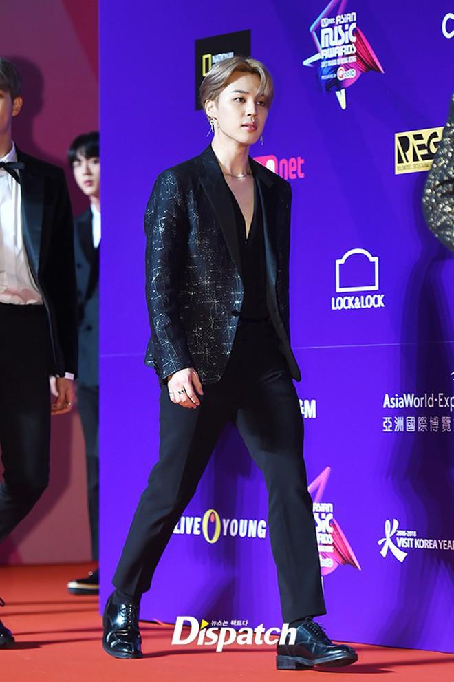 Thảm đỏ MAMA Hồng Kông: Song Joong Ki và Lee Young Ae mê mẩn EXO, Wanna One, Kang Daniel kê cả đầu xuống sàn - Ảnh 26.