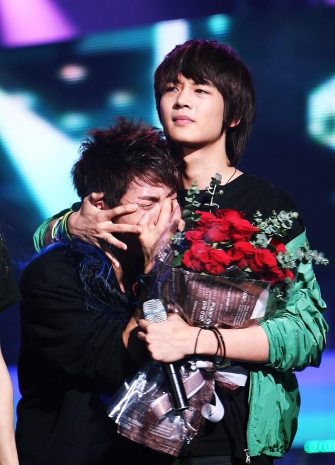 Trong tang lễ Jonghyun, có những người cố nín khóc: Anh cứ an tâm ra đi, chúng em ở lại sẽ cố thay anh mạnh mẽ - Ảnh 8.