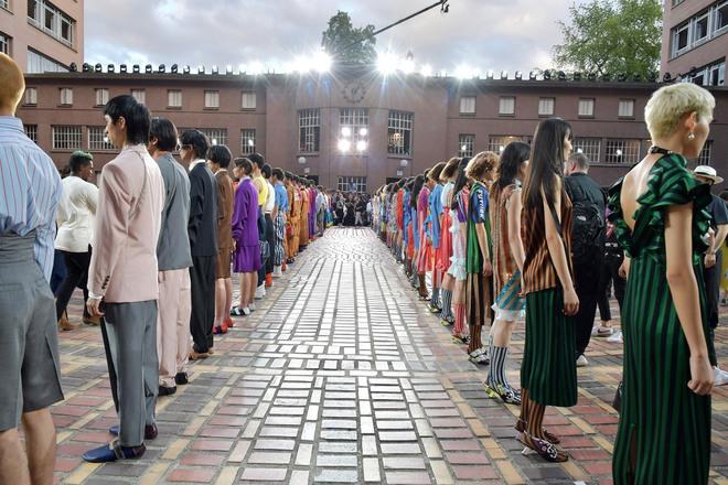 ĐỘC: Có show diễn lưỡng long nhất thể cả thời trang nam và nữ, chỉ sử dụng mẫu châu Á - Ảnh 2.