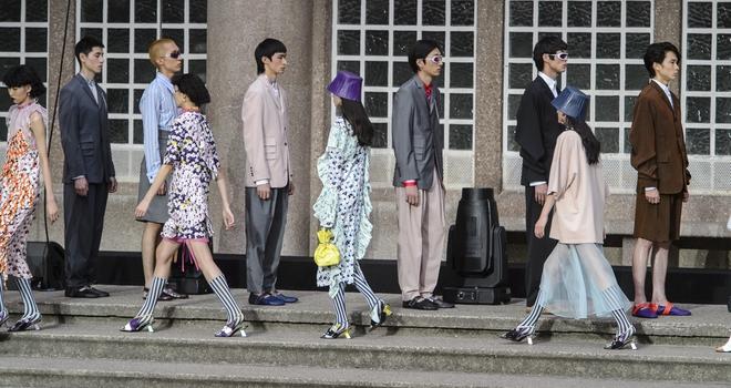 ĐỘC: Có show diễn lưỡng long nhất thể cả thời trang nam và nữ, chỉ sử dụng mẫu châu Á - Ảnh 3.