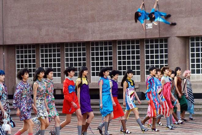 ĐỘC: Có show diễn lưỡng long nhất thể cả thời trang nam và nữ, chỉ sử dụng mẫu châu Á - Ảnh 1.