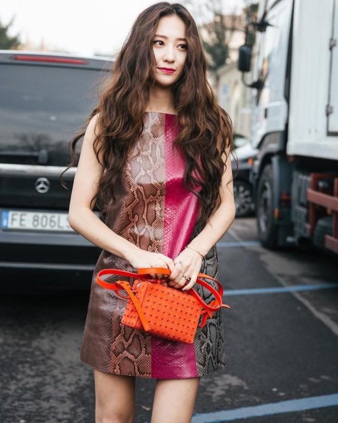 Người ta uốn tóc xoăn tít thì xấu mà chẳng hiểu sao Krystal vẫn đẹp ná thở - Ảnh 2.