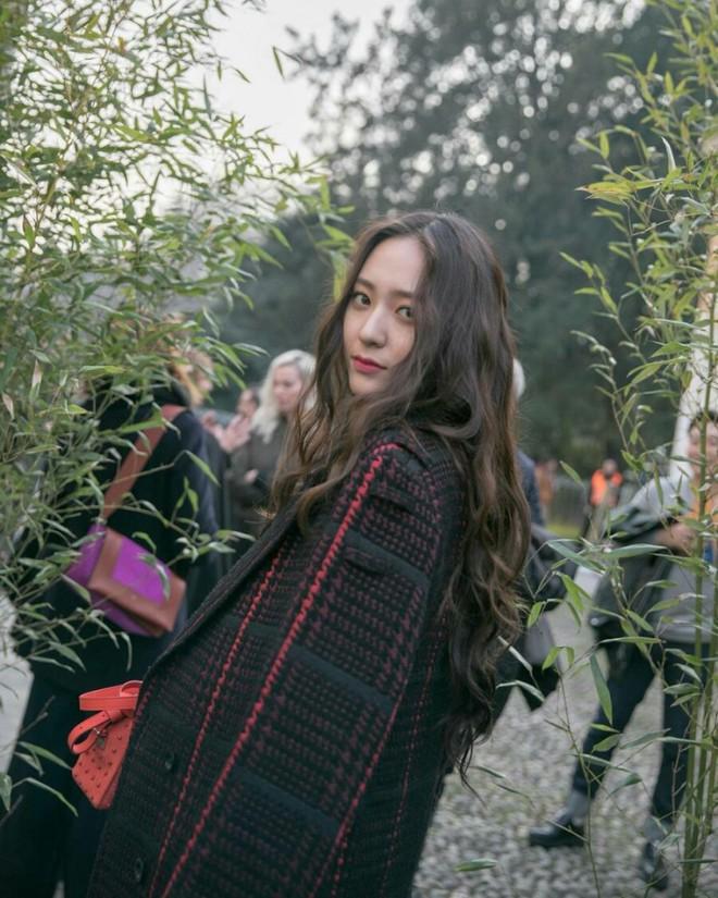 Người ta uốn tóc xoăn tít thì xấu mà chẳng hiểu sao Krystal vẫn đẹp ná thở - Ảnh 12.