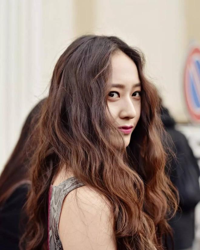 Người ta uốn tóc xoăn tít thì xấu mà chẳng hiểu sao Krystal vẫn đẹp ná thở - Ảnh 13.