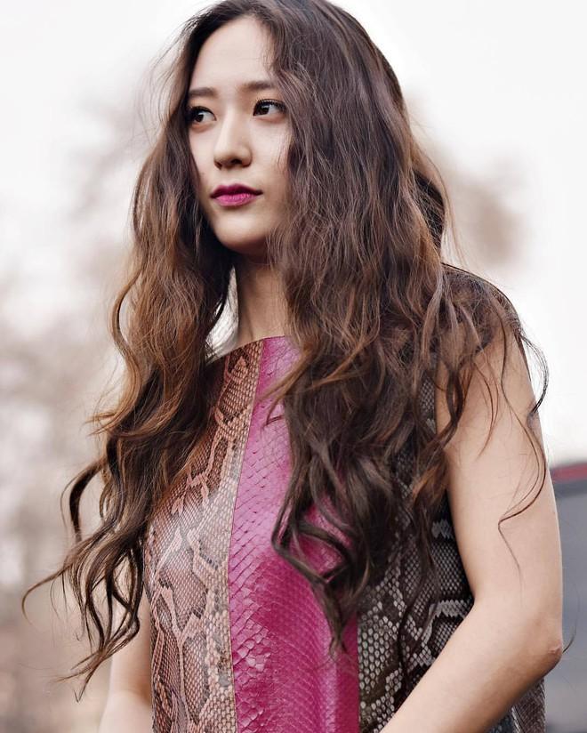 Người ta uốn tóc xoăn tít thì xấu mà chẳng hiểu sao Krystal vẫn đẹp ná thở - Ảnh 15.