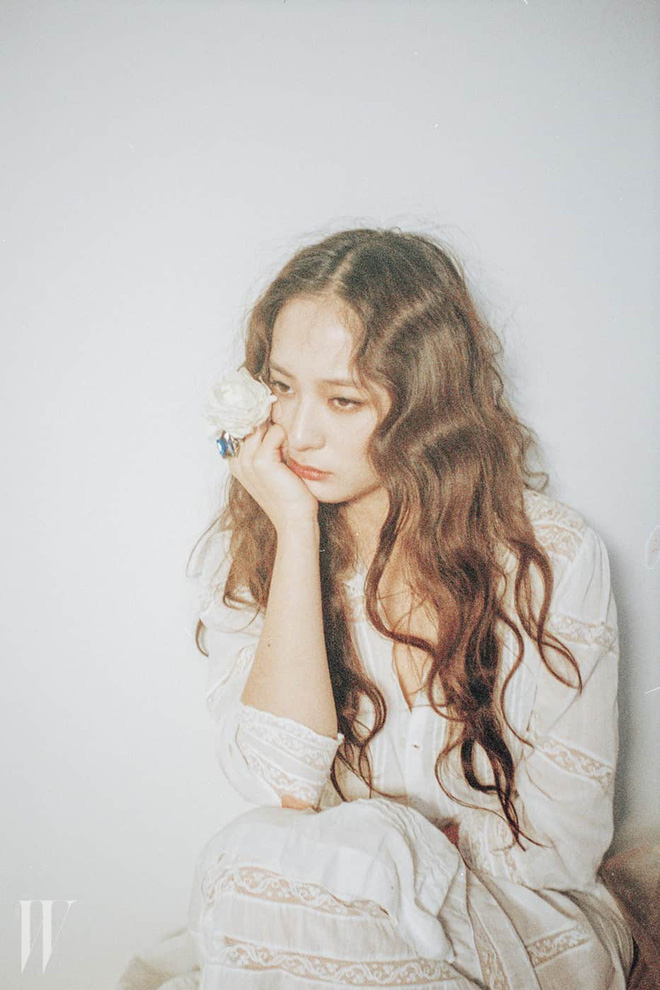 Người ta uốn tóc xoăn tít thì xấu mà chẳng hiểu sao Krystal vẫn đẹp ná thở - Ảnh 10.