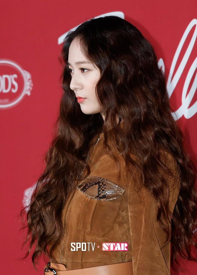 Người ta uốn tóc xoăn tít thì xấu mà chẳng hiểu sao Krystal vẫn đẹp ná thở - Ảnh 4.