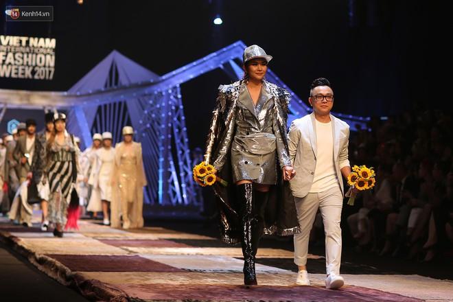 VIFW ngày 1: Kim Dung mở màn xuất sắc, vedette Thanh Hằng xuất hiện siêu chất trong show của Công Trí - Ảnh 14.