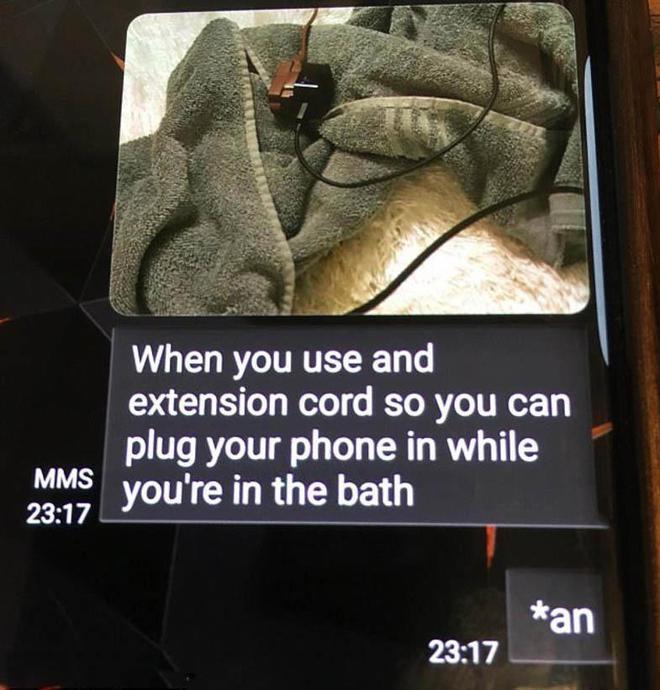 Bức ảnh cùng dòng tin nhắn đáng sợ cuối cùng của cô bé tử vong vì dùng điện thoại khi đang tắm - Ảnh 1.