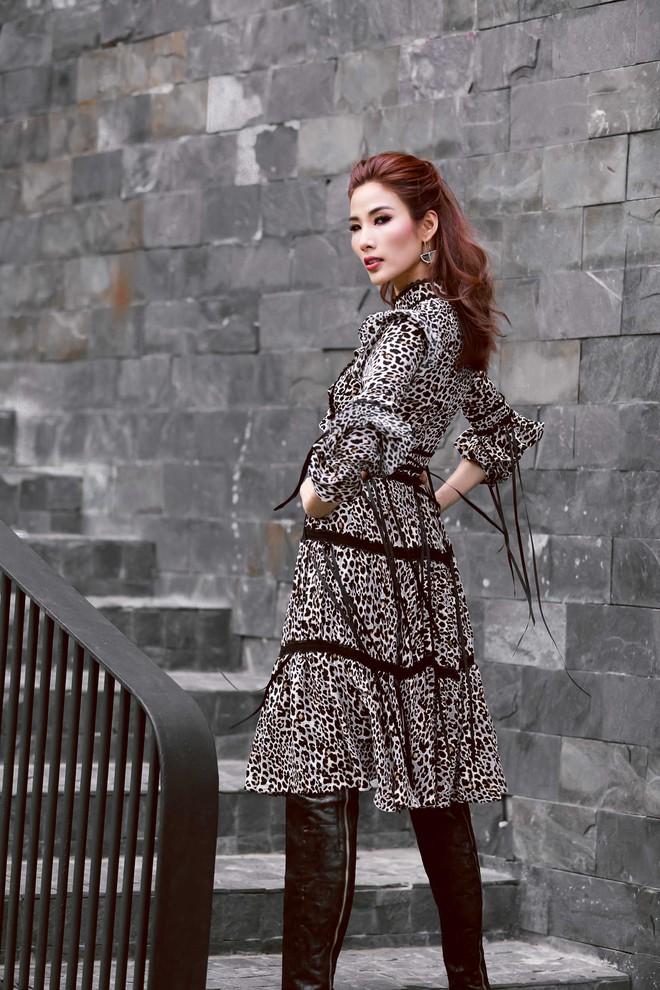 40 độ C, Hoàng Thùy vẫn bình thản mặc toàn áo lông để đọ style với Lan Khuê & Minh Tú - Ảnh 5.