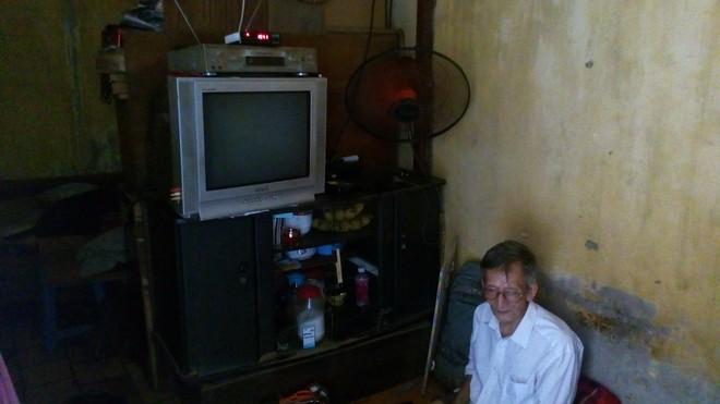 Hà Nội: 2 thế hệ cùng sinh sống trên nóc nhà vệ sinh công cộng ở phố Hàng Bạc - Ảnh 4.