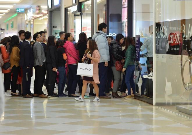 Biển người Hà Nội, Sài Gòn đổ về trung tâm thương mại, khu phố thời trang để săn đồ Black Friday - Ảnh 5.