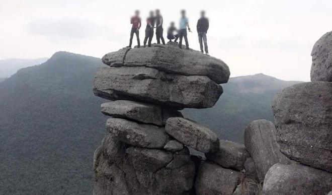 Tranh cãi việc các nhóm phượt leo lên mỏm đá cao, chông chênh ở núi Đá Chồng để chụp ảnh - Ảnh 2.