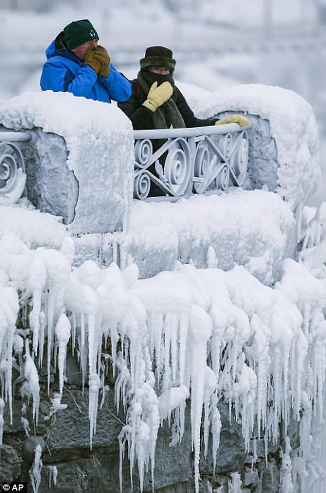 Cảnh tượng đáng sợ nhưng cũng hiếm gặp: Thác nước hùng vĩ bậc nhất nước Mỹ đóng băng dưới thời tiết giá lạnh - Ảnh 3.