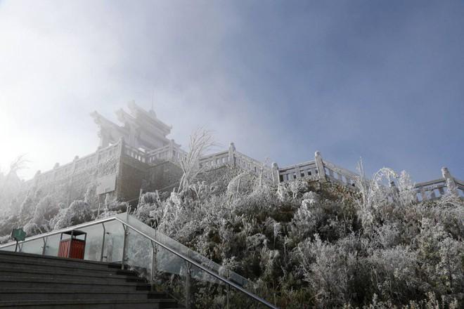 Đỉnh Fansipan trắng xóa băng tuyết khi nhiệt độ trong đêm giảm xuống -7 độ C - Ảnh 9.