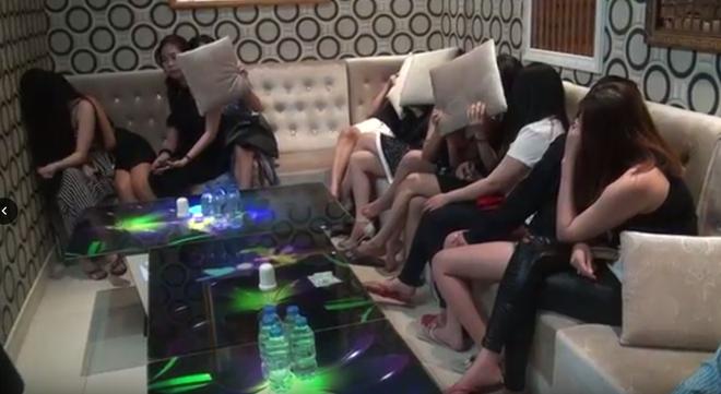 Hàng trăm cô gái tìm cách bỏ chạy khi Công an ập vào kiểm tra bất ngờ nhiều nhà hàng - karaoke ở Sài Gòn - Ảnh 2.
