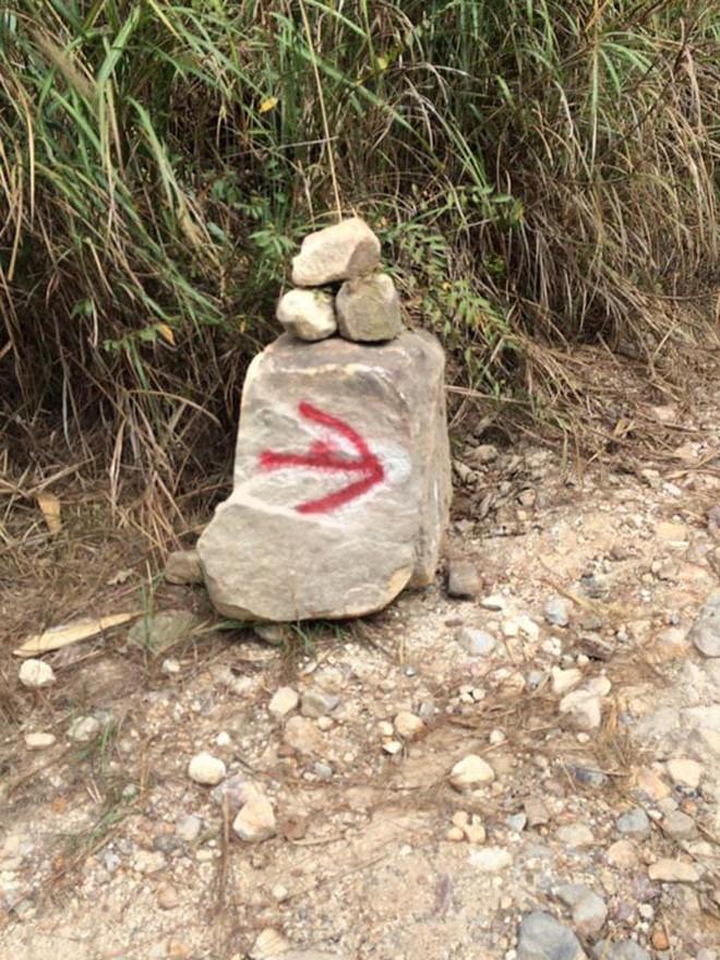 Tranh cãi việc các nhóm phượt leo lên mỏm đá cao, chông chênh ở núi Đá Chồng để chụp ảnh - Ảnh 11.