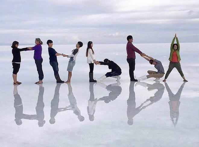 Hè này đi du lịch, bạn phải biết ngay 7 kiểu chụp ảnh nhóm siêu chất này - Ảnh 1.