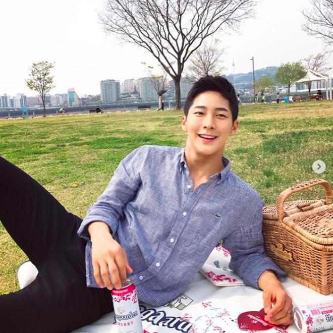 """Chàng trai Hàn Quốc sở hữu mặt """"học sinh"""" nhưng body """"phụ huynh"""" cực thu hút - Ảnh 4."""