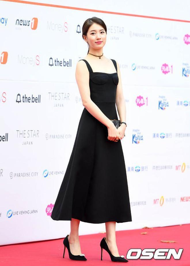 Cùng một chiếc đầm Dior: Triệu Lệ Dĩnh bị chê tới tấp, Suzy thì đẹp rạng ngời dù đã chia tay Lee Min Ho - Ảnh 1.