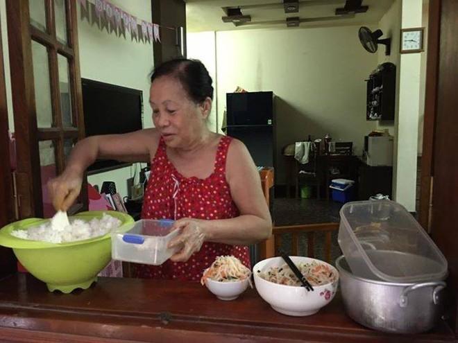 Suốt 8 năm cho thuê trọ bà Đỏ thường xuyên nấu cháo, cho sinh viên vay tiền, tổ chức các ngày lễ cho những sinh viên thuê trọ nhà mình. Ảnh sinh viên cung cấp.
