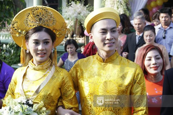 Lâm Khánh Chi diện áo dài vàng nổi bật, hạnh phúc trong ngày lên xe hoa với chú rể kém 8 tuổi - Ảnh 1.