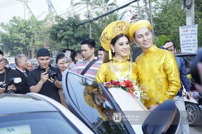 Lâm Khánh Chi diện áo dài vàng nổi bật, hạnh phúc trong ngày lên xe hoa với chú rể kém 8 tuổi - Ảnh 6.
