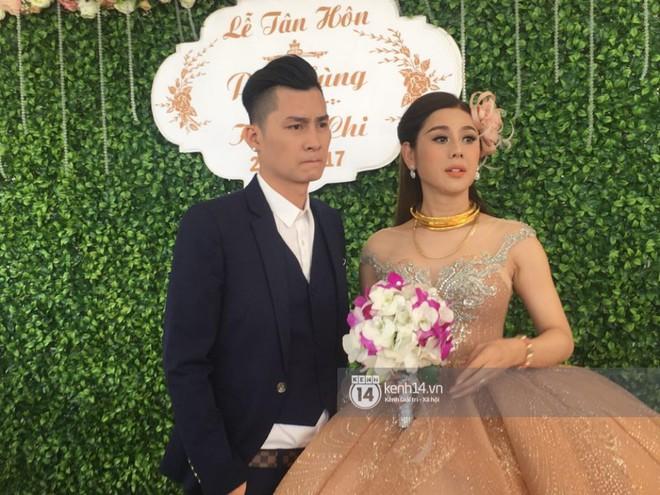 Lâm Khánh Chi hôn đắm đuối chú rể, thay váy đỏ nổi bần bật như công chúa trong lễ cưới - Ảnh 13.
