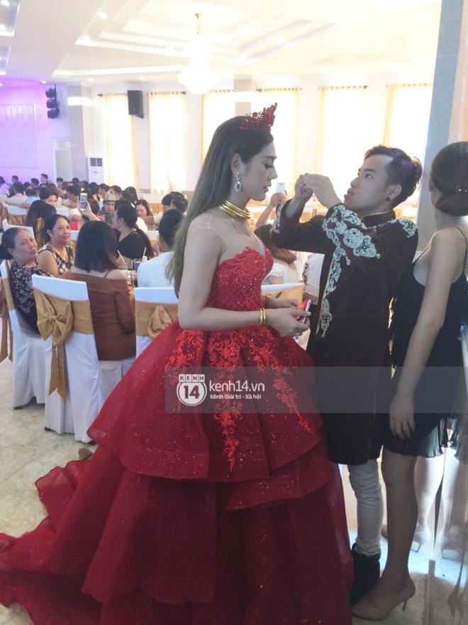 Lâm Khánh Chi hôn đắm đuối chú rể, thay váy đỏ nổi bần bật như công chúa trong lễ cưới - Ảnh 2.