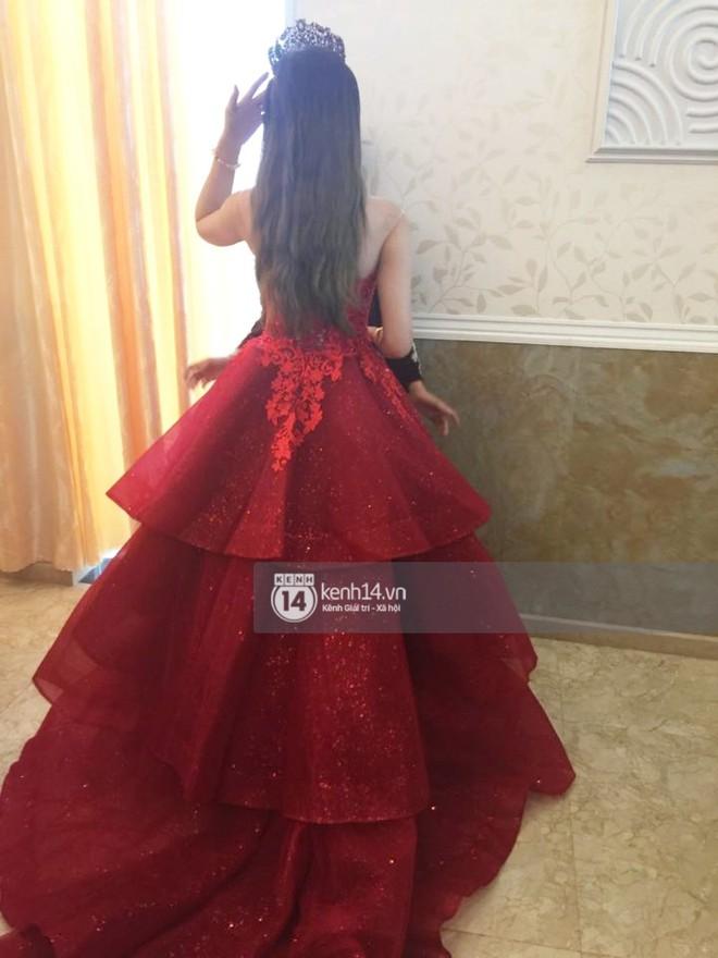 Lâm Khánh Chi hôn đắm đuối chú rể, thay váy đỏ nổi bần bật như công chúa trong lễ cưới - Ảnh 3.