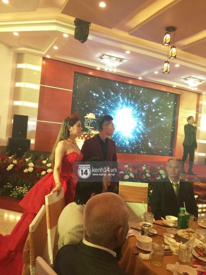 Lâm Khánh Chi hôn đắm đuối chú rể, thay váy đỏ nổi bần bật như công chúa trong lễ cưới - Ảnh 4.