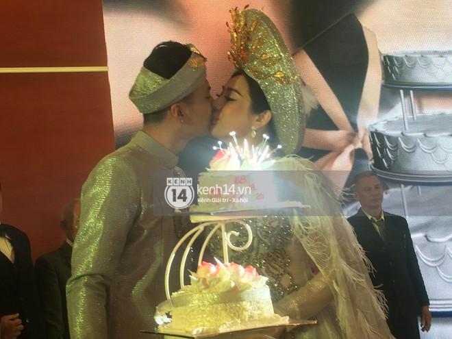 Lâm Khánh Chi hôn đắm đuối chú rể, thay váy đỏ nổi bần bật như công chúa trong lễ cưới - Ảnh 5.