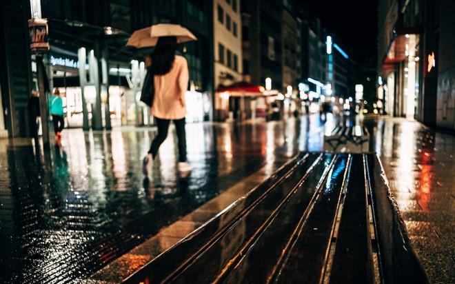 Bạn sẽ cần một người đàn ông che ô cho bạn, hơn là bạch mã hoàng tử đi cùng bạn dưới mưa - Ảnh 1.